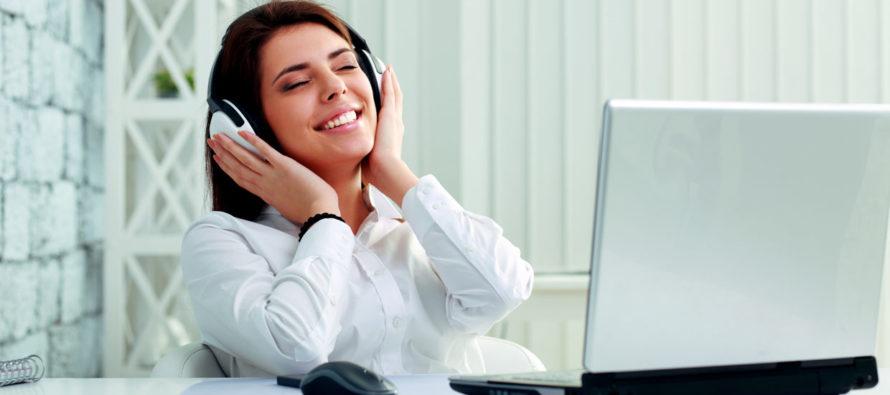 Trabajadores que escuchan música durante jornada laboral aumentan su productividad 15%