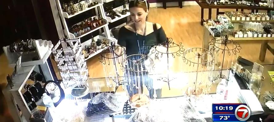 Una mujer roba más de mil Dólares en joyas de una tienda en el suroeste de Miami-Dade