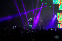 ¡Que pena! A Farruko se le voló el peluquín en pleno concierto (Video)