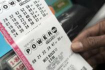 Mujer compra en supermercado de Florida un boleto de lotería y gana 3 millones de dólares