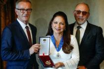 Gloria Estefán recibe en España Medalla de las Bellas Artes