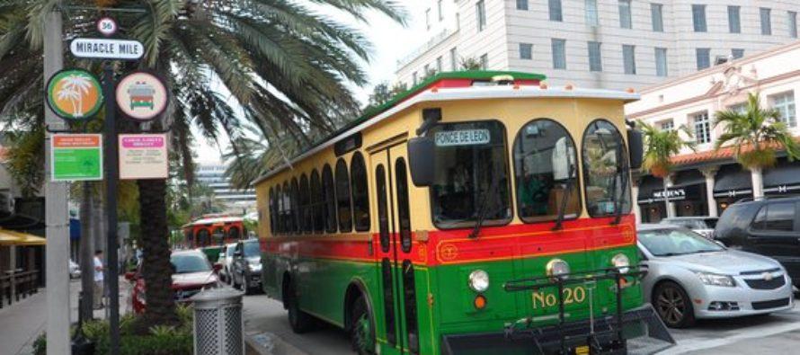 Alcaldía de Miami inaugura nuevo refugio en parada del Trolley
