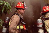 La foto del bombero que baja cargada a una anciana por escaleras captura corazones