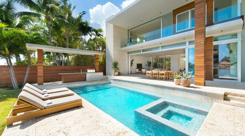 Compradores extranjeros de latinoam rica impulsan ventas for Imagenes de casas con piscina modernas