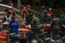 Rescatan a 8 personas de las 13 que están atrapadas en una cueva en Tailandia
