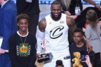 Hijo de LeBron James impresionó al copiar un mate de su padre en un partido de la liga juvenil