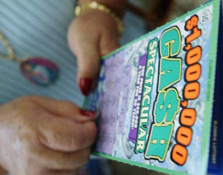 Mujer regresa sobre con mucho dinero y recibe jugosa recompensa — Karma inmediato