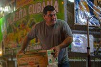 Pareja cubana recorre la ciudad para ofrecer frutas y verduras de Latinoamérica