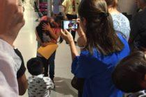 Madre e hija se reúnen en aeropuerto de Miami tras dos meses de separación