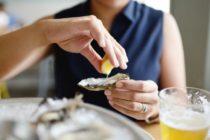 Muere hombre tras comer ostra cruda que contenía la bacteria «devoradora de carne»