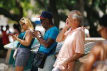 Cubanos agradecen rato de Internet desde móviles, reclaman velocidad y tarifas según salarios