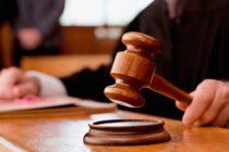 Tras recibir sentencia de 47 años de cárcel, hombre golpeó a su abogado