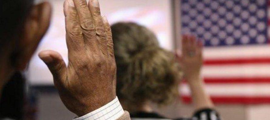 Solicitudes de ciudadanía demoran hasta 2 años en EEUU