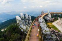 Un puente sostenido por las manos de los dioses impresiona a los turistas en Vietnam