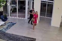 Mujer que conoció en club nudista le robó Rólex de oro en su apartamento