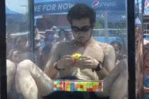 Rompió Récord Guinness al armar seis cubos Rubik bajo el agua