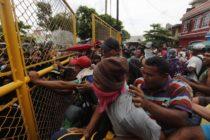 Marcha de migrantes sigue adelante, enfrentaron a policía en frontera entre Guatemala y México