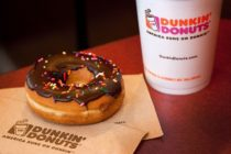 Empleado de Dunkin' Donuts arrojó una jarra de agua fría a un hombre que descansaba en la cafetería