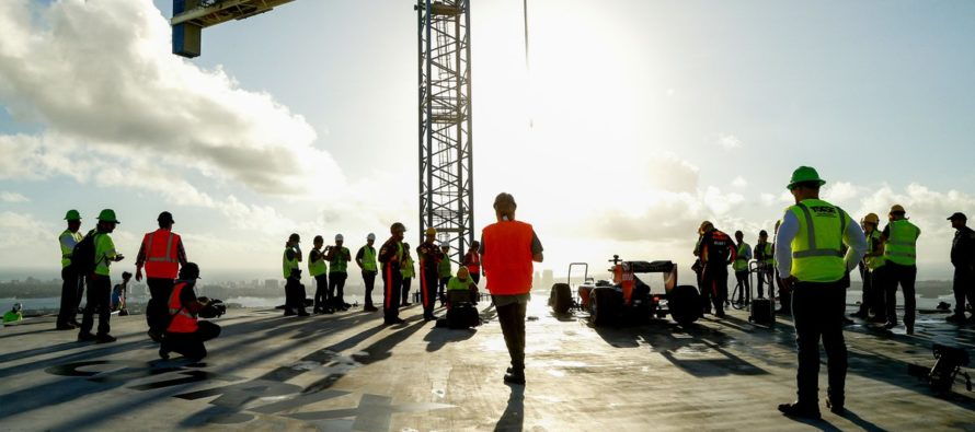 Espectacular maniobra del equipo Red Bull de F1 en el Museo One Thousand de Miami