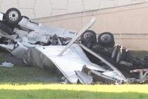 Conductor pierde control de tractor-remolque y muere en autopista