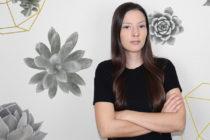 La productora venezolana Carolina Acosta es la responsable del éxito de los videos musicales del momento