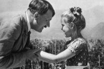 Subastan por más de 11 mil dólares fotografía de Hitler abrazando a niña judía