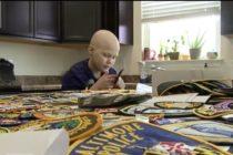 Oficiales del sur de Florida ayudan a un niño con cáncer a recoger parches de policía