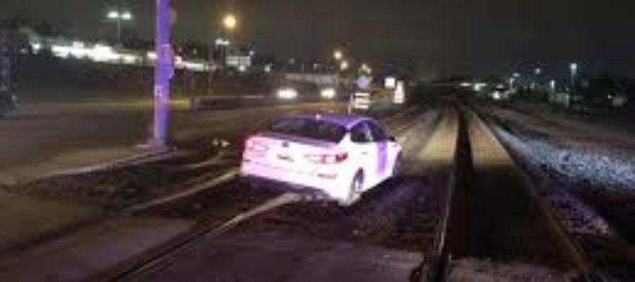 Confiesa a la policía que el GPS le ordenó manejar por las vías del tren