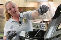 Tome sus previsiones en la cocina al freír un pavo para Acción de Gracias