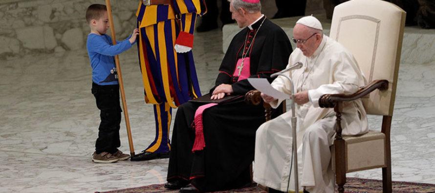 Un niño argentino se roba el show en audiencia del Papa Francisco