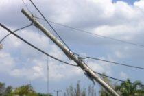 Fuertes vientos derriban postes de luz en el sur de Florida