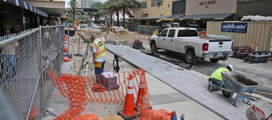 Otorgan subvención del programa «Mom and Pop» a empresas afectadas por las labores en la calle Flagler