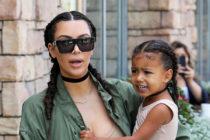 Hija de Kim Kardashian lució un outfit similar al de Selena Gómez