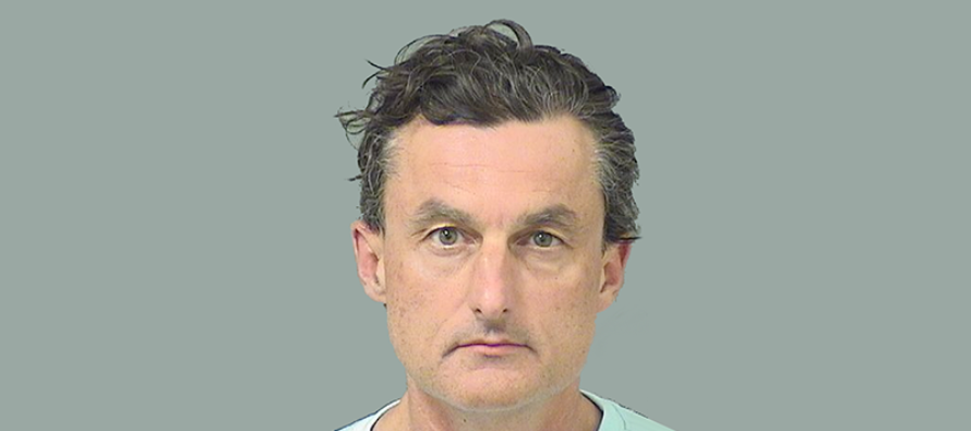 Médico arrestado por drogar a una amiga con una bebida