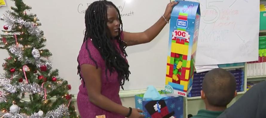 Maestra sorprende a sus alumnos con regalos navideños en Miami-Dade