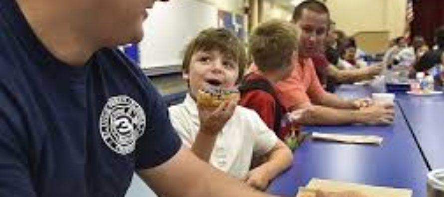 Premian a Osceola Magnet School por tener la mayor participación en el «Día del papá llevar a su niño a la escuela»