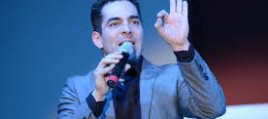 El actor mexicano Omar Chaparro reta al público a cumplir sus propósitos de año nuevo con su conferencia Retomar