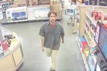 Capturado en video ladrón que dejó caer su botín robado