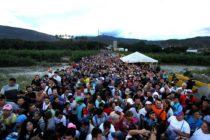 """Solicitan ayuda para venezolanos que """"caminan por la esperanza"""" hacia Colombia"""
