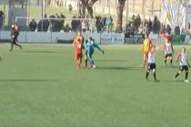 Portero agredió brutalmente al arbitro por anular un gol que anotó con la mano (Video)