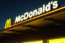 Un hombre ataca a un empleado de Mc Donald por una pajilla (video)