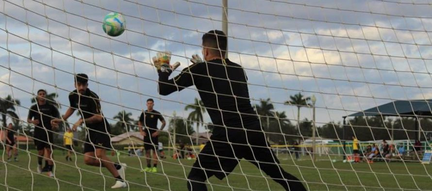 Fútbol: Plantel de Peñarol de Uruguay entrena en las playas de Miami