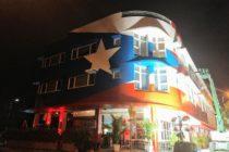 Más de 70,000 personas de Miami apoyan que bandera puertorriqueña de La Placita se quede