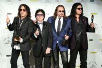 Miembros de la banda de rock Kiss reparten comida gratis a empleados afectados por el cierre de gobierno