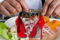 Restaurante obsequia zapatos Christian Louboutin semanalmente en South Beach