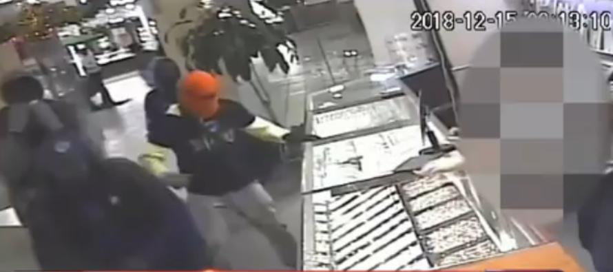 Policía de Miami busca a cuatro hombres que robaron en una joyería de The Mall at 163rd Street