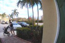 Cámara de seguridad capta a mujer robando en Florida con su hijo en un coche
