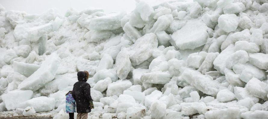 Sorprendente tsunami de hielo amenaza con cubrir ciudad aledaña al lago Erie