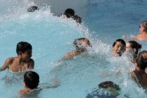 Una falla en un parque acuático de China provocó un «tsunami» y dejó 44 heridos