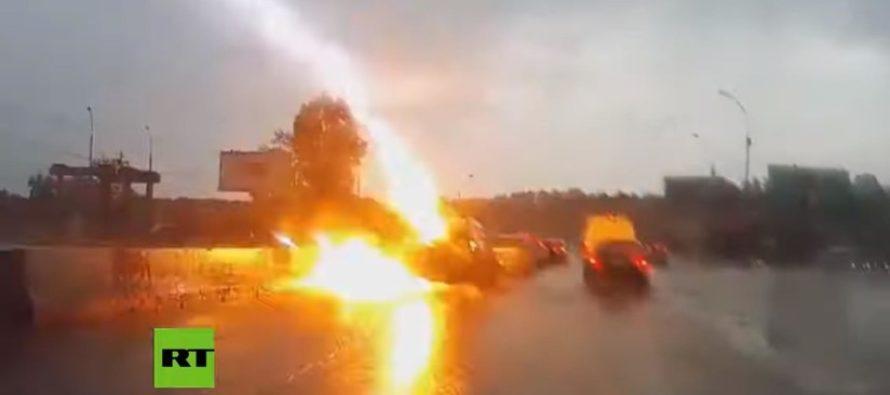 Momento en que dos rayos impactan a un vehículo en Rusia (VIDEO)